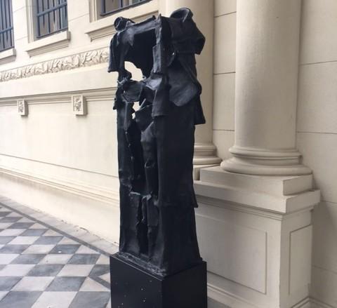 Aldo Paparella, Monumento inútil, copia nº 1/7, 1971-1976/2017 bronce, 218 x 57 x 40 cm. Colección particular